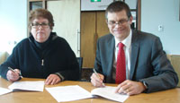 ABC's Ms Heather Forbes and CSU Vice-Chancellor Professor Andrew Vann sign the MoU.
