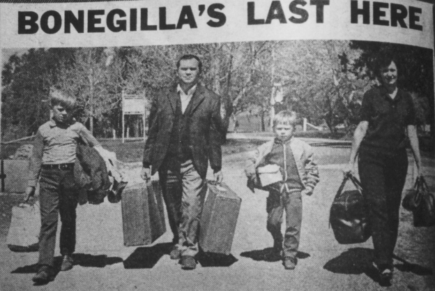 Migrants leaving Bonegilla with thier bags