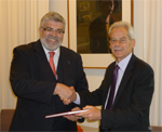 Senator Kim Carr (left) receives the Report from CSU Vice-Chanellor, Professor Ian Goulter