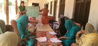 PhD student Shumaila Arif assisted by ASLP advisor Anam Afzal conducting a focus group in the village of Mirza Abbad